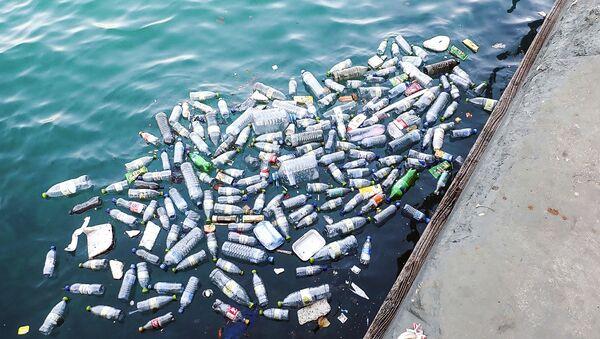 Bottiglie di plastica nell'acqua - Sputnik Italia