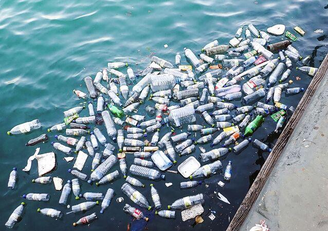 Bottiglie di plastica nell'acqua