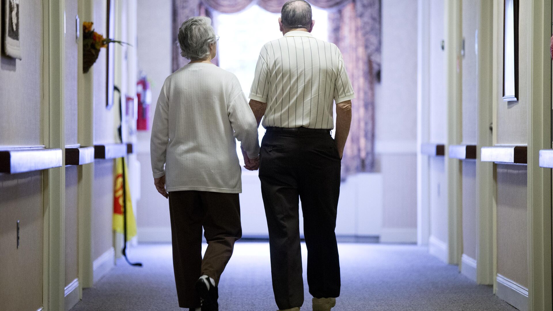 Decima Assise, who has Alzheimer's disease, and Harry Lomping walk the halls, Friday, Nov. 6, 2015, at The Easton Home in Easton, Pa - Sputnik Italia, 1920, 07.06.2021