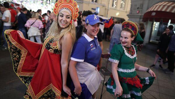 Festa nelle vie di Mosca in una serata dei Mondiali di calcio - Sputnik Italia