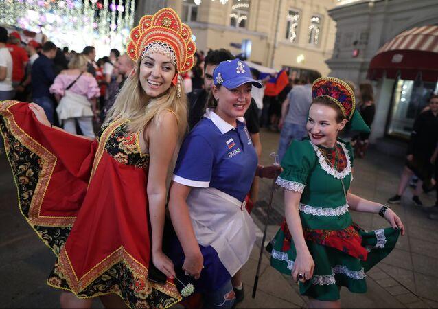 Festa nelle vie di Mosca in una serata dei Mondiali di calcio