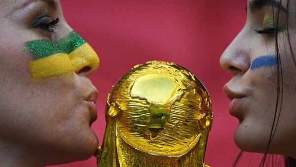 Due ragazze baciano la coppa del Mondo - Sputnik Italia