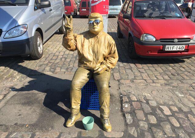 Sosia d'oro di Donald Trump a Helsinki