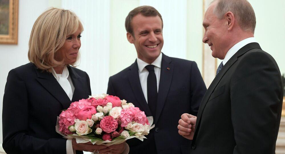 Putin accoglie Macron e la moglie al Cremlino