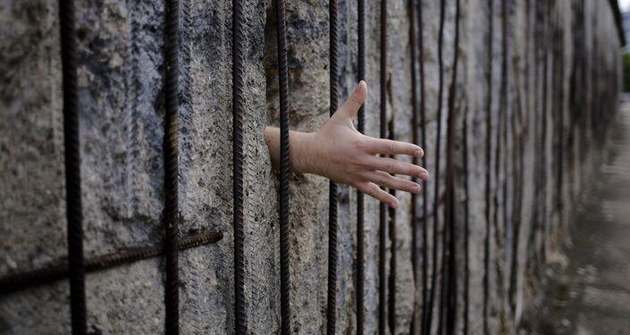 In cerca di una stretta di mano al Berlin Wall memorial in Bernauer Strasse, Berlino, domenica 13 agosto 2017