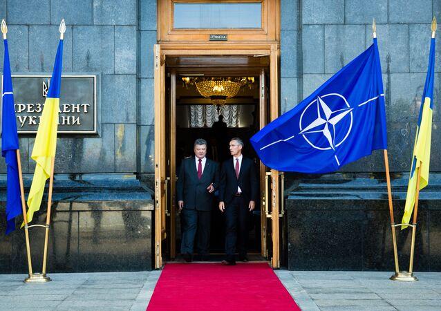Il presidente ucraino Petro Poroshenko e il segretario generale della NATO Jens Stoltenberg