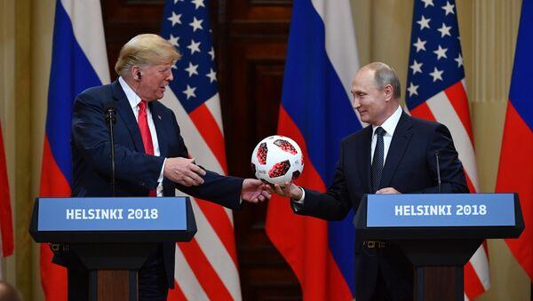 Il presidente russo Putin regala un pallone dei Mondiali al presidente americano Trump - Sputnik Italia