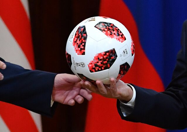 Il presidente russo Putin regala un pallone dei Mondiali al presidente americano Trump