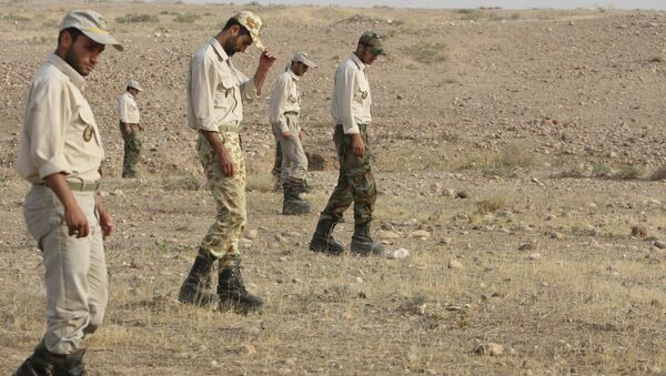 Iranian army members perform grid searches for explosives after defusing landmines planted by Iraqi forces in the Iranian territory during 1980-88 Iran-Iraq war - Sputnik Italia