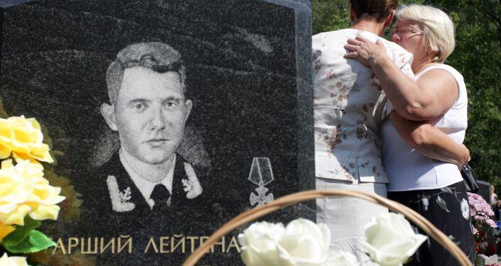 Parenti dei marinai morti nel K-141 Kursk al cimitero Serafimov di San Pietroburgo in occasione della cerimonia per il decimo anniversario della tragedia