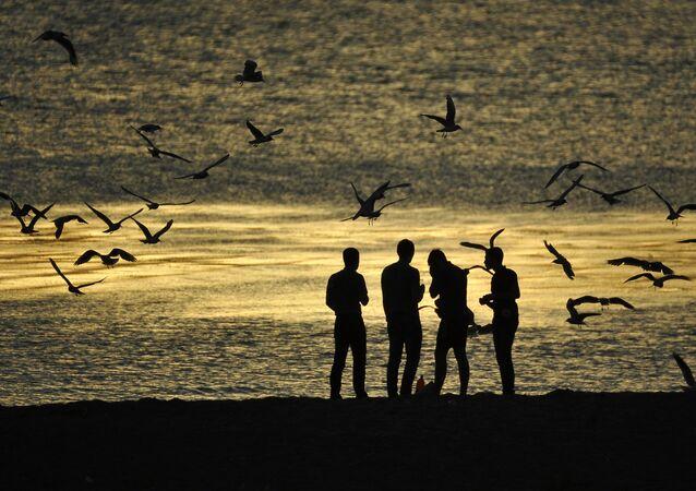 Gli abitanti di Arcangelo sul lungomare del fiume Dvina Settentrionale
