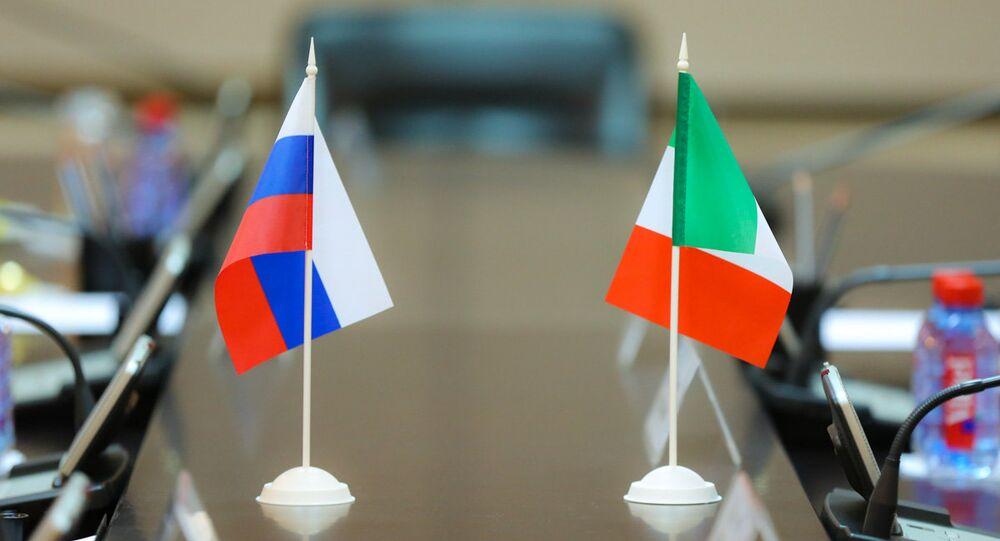 Bandiere della Russia e dell'Italia