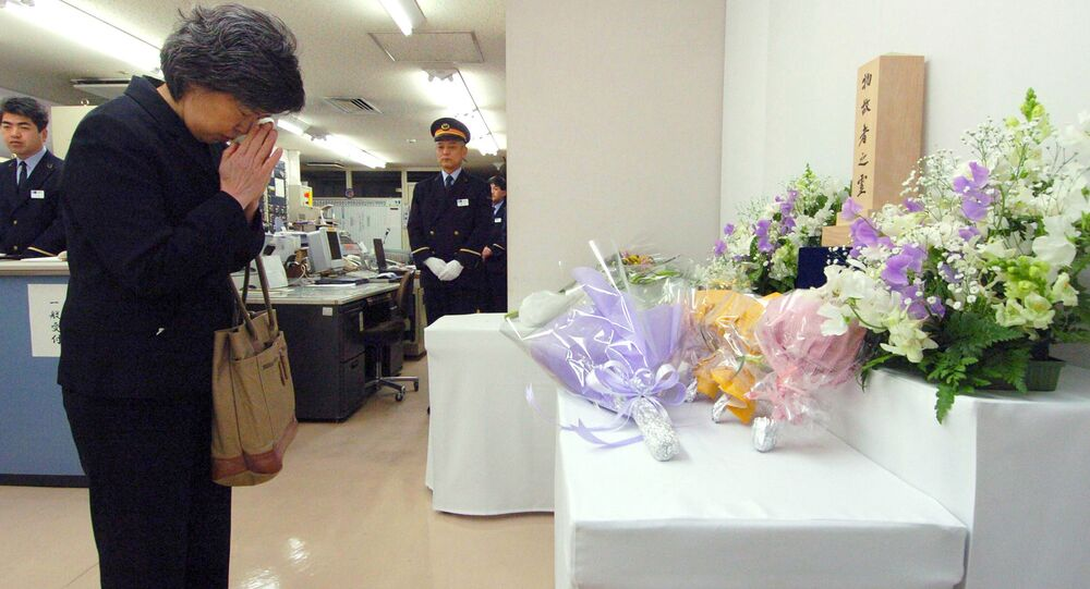 La vedova di un collaboratore della metropolitana di Tokyo morto nell'attacco terroristico del 1995 prega alla stazione Kasumigaseki all'11° anniversario della tragedia