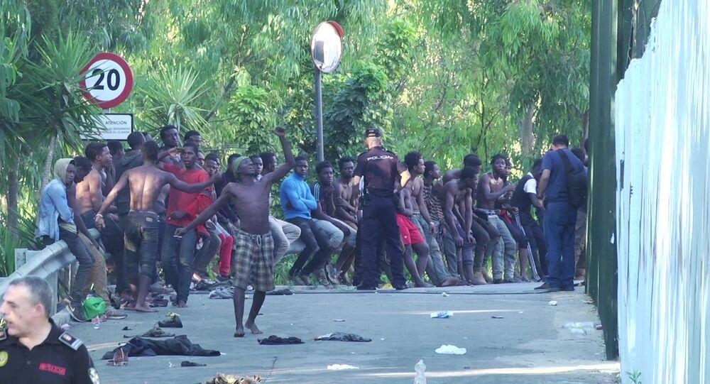 Migranti cercano di irrompere a Ceuta