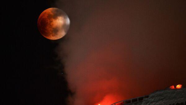 Суперлуние и частичное солнечное затмение, наблюдаемые в Новосибирске вблизи градирен ТЭЦ-5 - Sputnik Italia