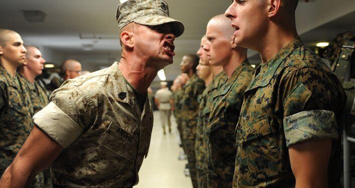 Istruttore militare e recluta