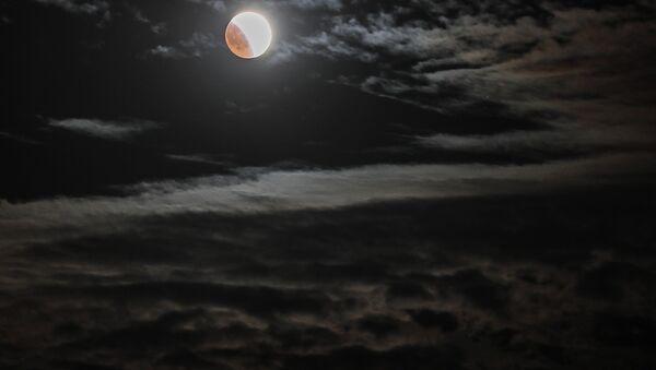 Un'eclissi lunare nei cieli della Crimea - Sputnik Italia
