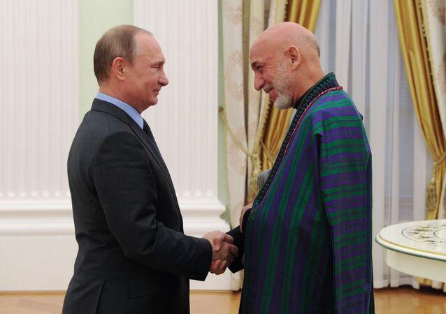 Il presidente russo Vladimir Putin e l'ex-presidente afghano Hamid Karzai