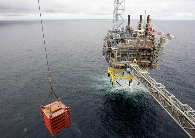 Un container viene sollevato da una gru il 15 maggio 2008 sulla piattaforma del gas Sleipner, a circa 250 km dalla costa norvegese nel Mare del Nord