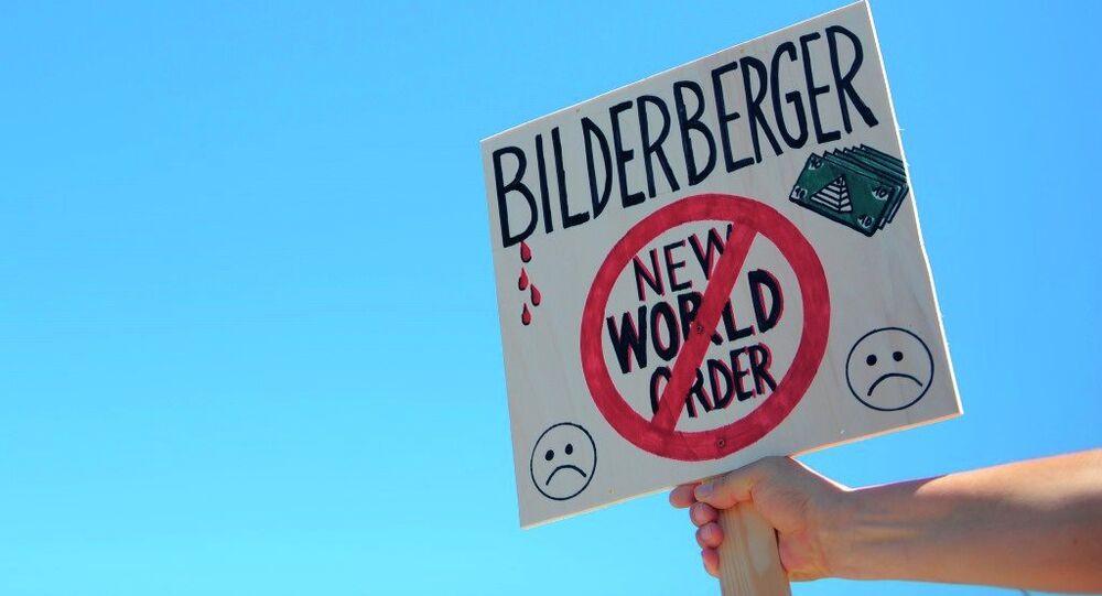 Un attivista regge un cartello contro il Bilderberg a Innsbruck.