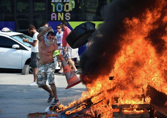 I tassisti francesi protestano contro UberPOP