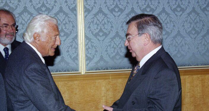 Stretta di mano tra Primakov e Agnelli