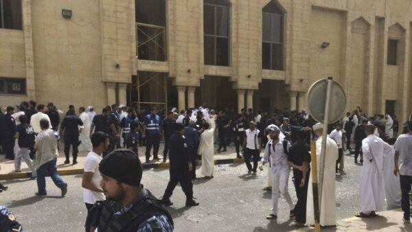 La gente e le forze di sicurezza dopo l'esplosione vicino alla moschea sciita Imam Sadiq alla città del Kuwait - Sputnik Italia