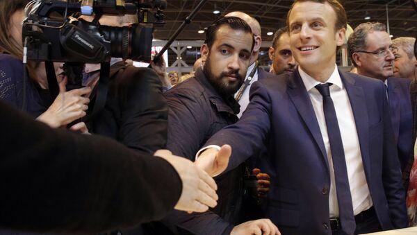 Emmanuel Macron, center, flanked by his bodyguard, Alexandre Benalla, left, visits the Agriculture Fair in Paris, Wednesday, March 1, 2017 - Sputnik Italia