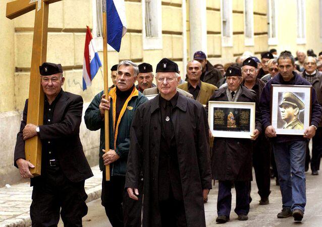 Un gruppo di anziani croati con indosso l'uniforme del regime ustascia nella seconda guerra mondiale nella città di Zara.