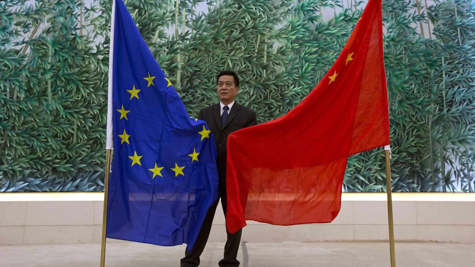 Bandiere UE e Cina - Sputnik Italia, 1920, 29.05.2021