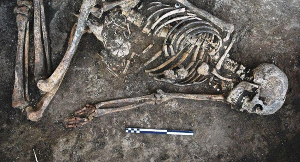 Uno scheletro di una donna con decorazioni sulle ossa
