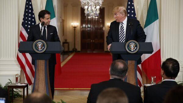 Premier dell'Italia Giuseppe Conte e il presidente Usa Donald Trump alla conferenza stampa congiunta dopo l'incontro del 30 luglio 2018 a Washington - Sputnik Italia