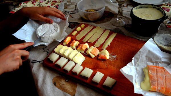 Tavola imbandita con formaggi di produzione russa - Sputnik Italia
