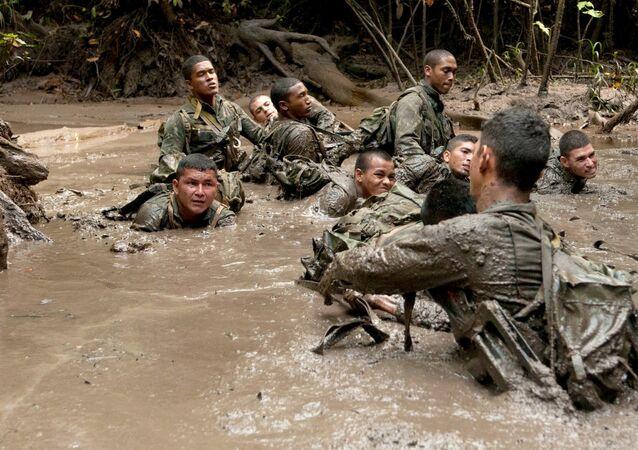 Il soldado Arilson con i colleghi del Comando di Frontiera dello Stato brasiliano di Amapá