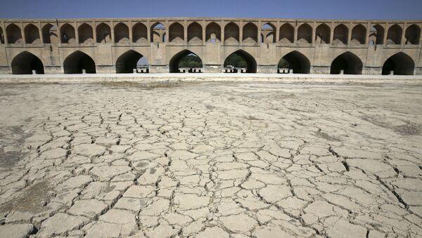 Высошая река Zayandeh Roud в Исфахане, Иран  - Sputnik Italia
