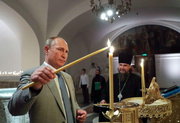 Vladimir Putin mentre visitava la Cattedrale di Cherson in Crimea. - Sputnik Italia