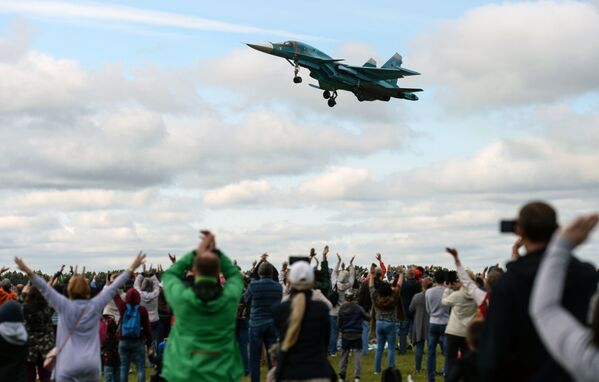 Esibizione di un Su-34 all'air show Dove noi - c'e' vittoria!, la regione di Novosibirsk. - Sputnik Italia