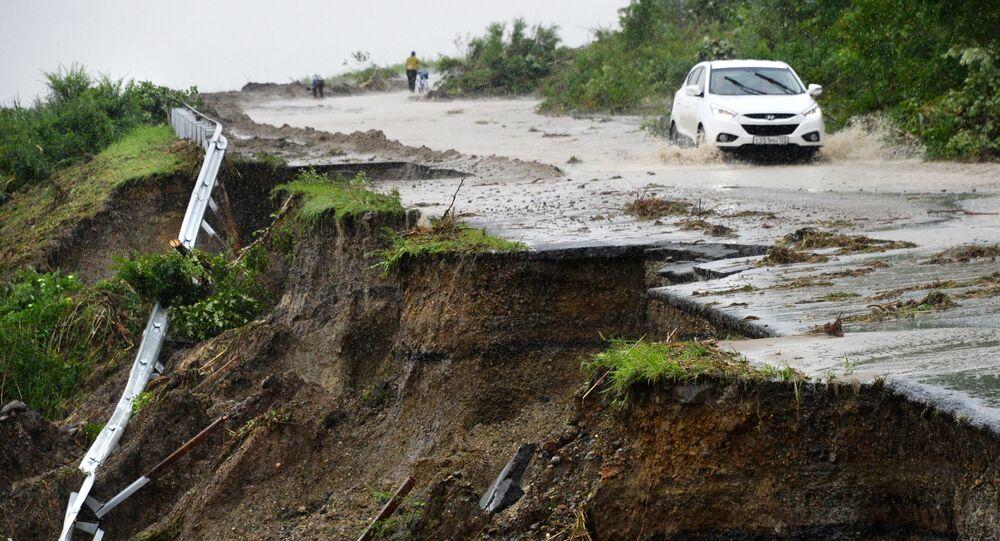 Una strada distrutta dalle piogge in Russia
