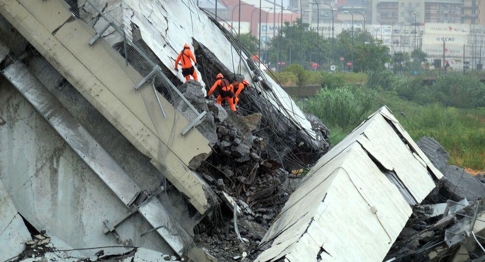 Soccorritori al lavoro tra le macerie del ponte Morandi a Genova