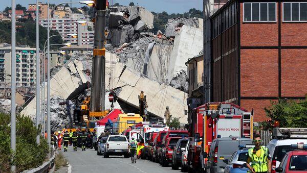Vigili di fuovo e soccorritori al sito del crollo del ponte Morandi a Genova - Sputnik Italia