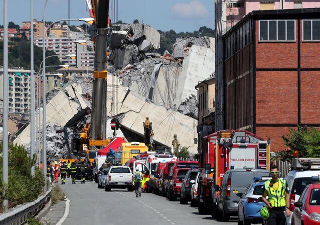 Soccorritori presso il ponte Morandi a Genova