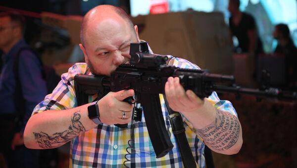 Un visitatore ispeziona il fucile d'assalto AK-201 alla presentazione di nuovi sviluppi della consorzio Kalashnikov nell'ambito del IV forum tecnico-militare internazionale Armya-2018 nel Patriot Exhibition Center - Sputnik Italia