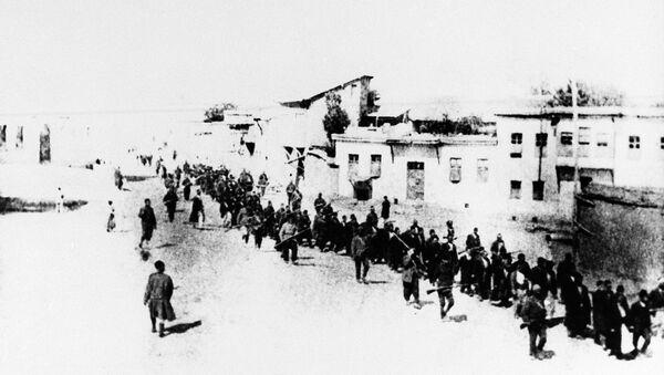 Civili armeni in marcia scortati da soldati ottomani nella città turca di Elazig, aprile 1915 - Sputnik Italia
