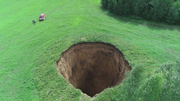 Un burrone largo 32 metri e profondo 50 in un campo della regione di Nizhny Novgorod, in Russia. - Sputnik Italia