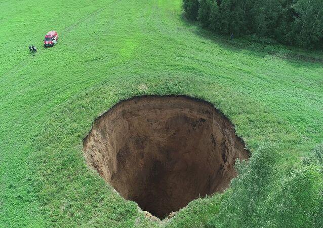 Un burrone largo 32 metri e profondo 50 in un campo della regione di Nizhny Novgorod, in Russia.