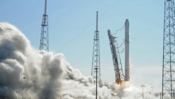 Space X's Falcon 9 rocket lifts off from space launch complex 40 on April 14, 2015 at Cape Canaveral, Florida with a Dragon CRS6 spacecraft - Sputnik Italia