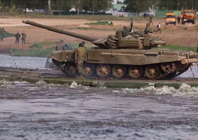 Passaggio del corso d'acqua al forum tecnico-militare internazionale Armija-2015