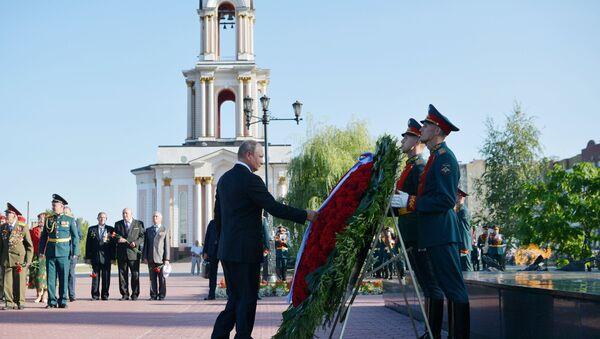Putin ha deposto una corona di fiori al monumento dei marinai del sottomarino Kursk - Sputnik Italia
