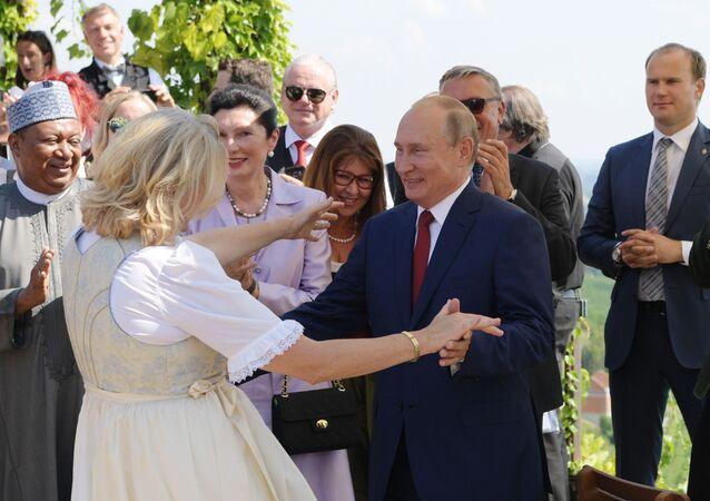 Il presidente russo Vladimir Putin balla con il ministro degli Esteri austriaco di Karin Kneissl alla sua nozze.