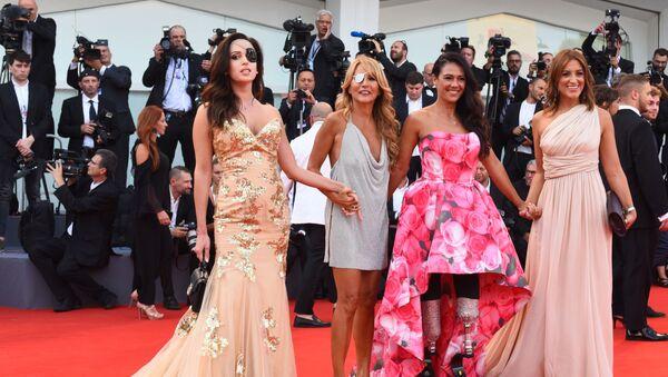 Итальянская модель Джесика Нотаро, певица и телеведущая Джо Скуилло, Джузи Версаче и Франческа Каролло на красной дорожке церемонии открытия 75-го Венецианского международного кинофестиваля - Sputnik Italia
